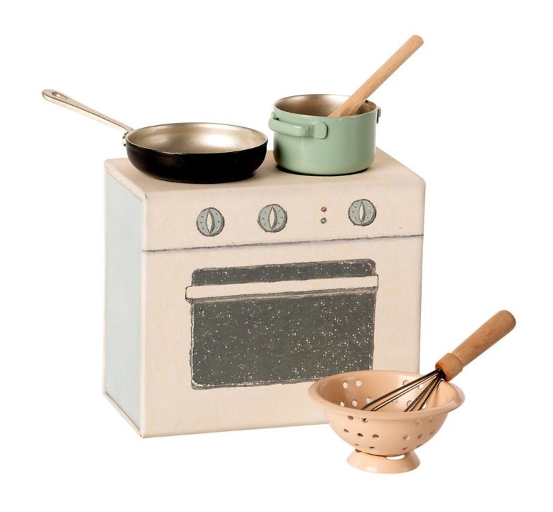 Zestaw Kuchenny z Czarną Patelnią - Cooking Set - Akcesoria dla Lalek - Maileg
